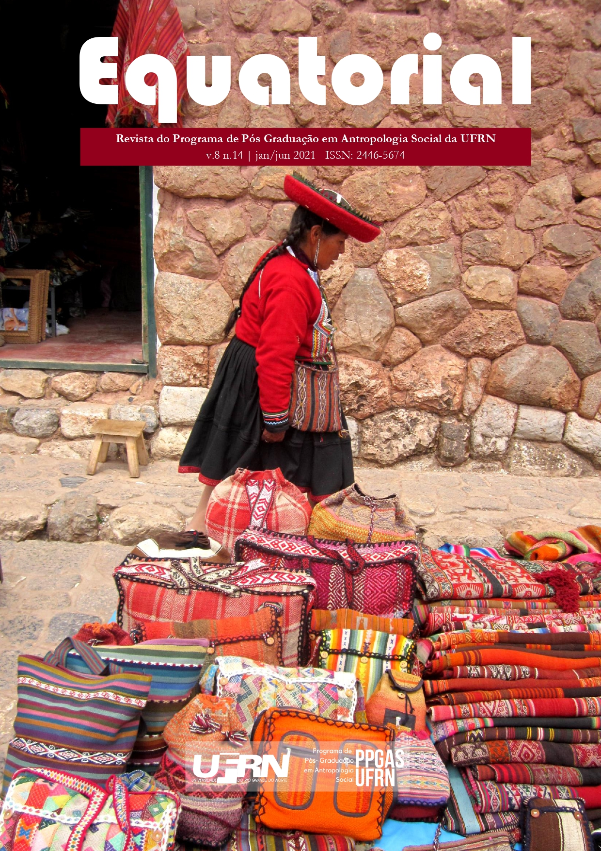 """A capa desta edição da Revista Equatorial apresenta a fotografia de uma mulher andina e seus produtos tecidos à mão (são bolsas e mantas estampadas e muito coloridas) que estão à venda para turistas. A mulher, em posiçao central na imagem, está de perfil e veste um vestido típico, em tons de vermelho e preto. Ela também usa um chapéu característico na cabeça. Na parte superior central da imagem encontra-se o letreiro """"Equatorial"""" e, abaixo dele, """"Revista do Programa de Pós-Graduação em Antropologia Social da UFRN - v. 8 n. 14, jan/jun 2021. ISSN 2446-5674"""". Na parte inferior central encontram-se a logomarca da UFRN e do PPGAS.."""